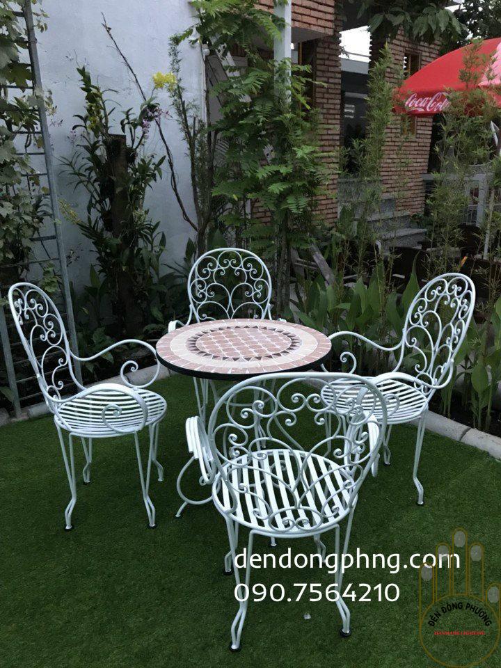 bàn ghế sắt sân vườn hoa văn mặt bàn  đá mosaic